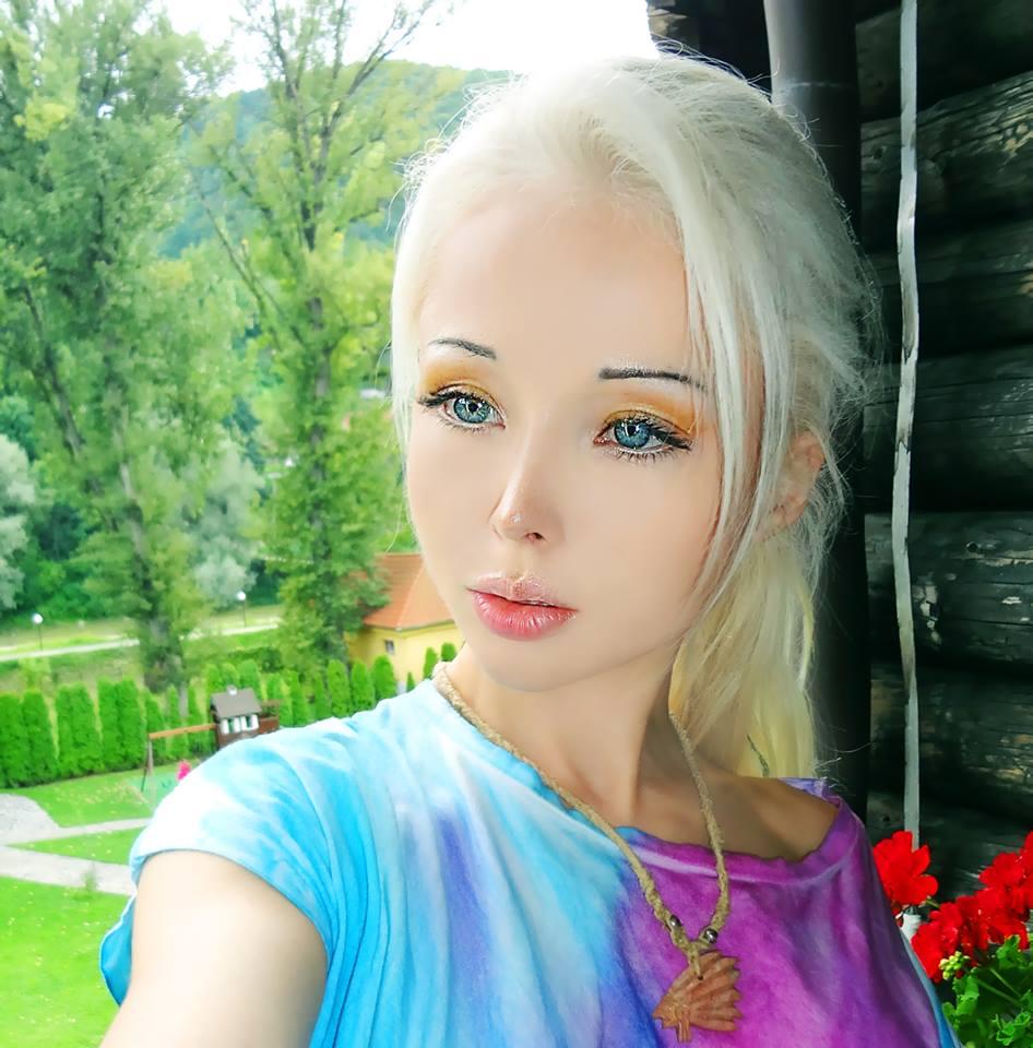 Valeria lukyanova human barbie pics - Valeria allo specchio ...