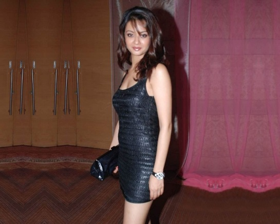 Surveen-Chawla-Latest-Hot-Photos-download